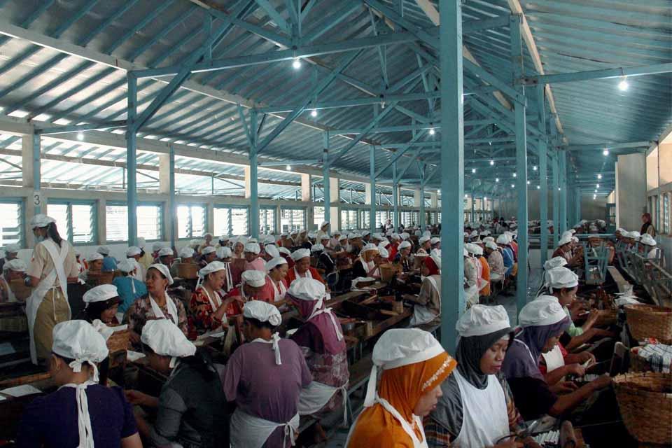 Buruh linting di salah satu perusahaan kretek. Sektor SKT banyak mempekerjakan buruh untuk melinting kretek.