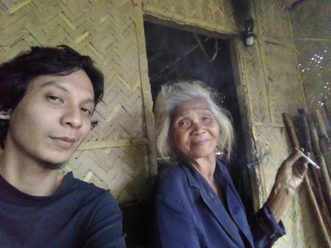 Mbah Buri, Sebatang Kretek dan Cerita Singkat di Halaman Rumahnya