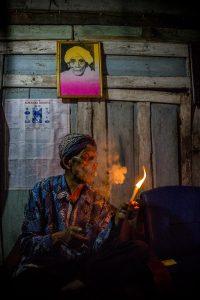 membakar rokok